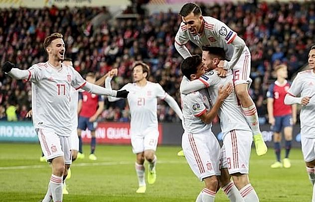 Các cầu thủ Tây Ban Nha mừng bàn mở tỷ số. Ảnh: EPA.