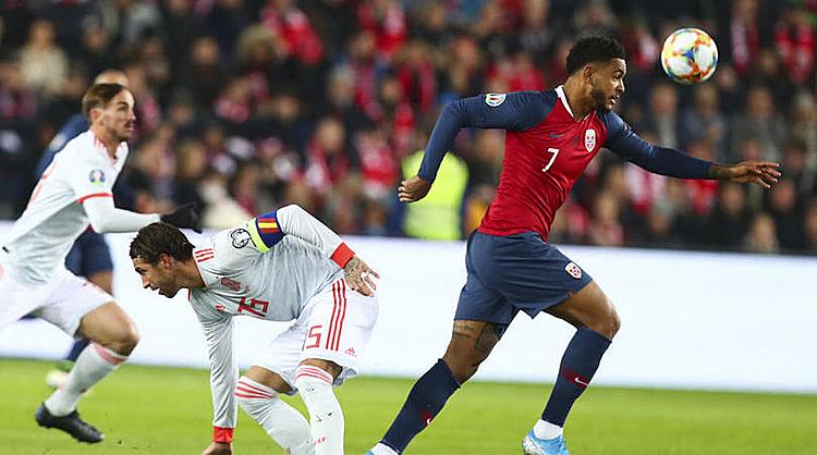King (áo đỏ) chơi xông xáo trước khi ghi bàn gỡ hòa. Ảnh: FourFourTwo.