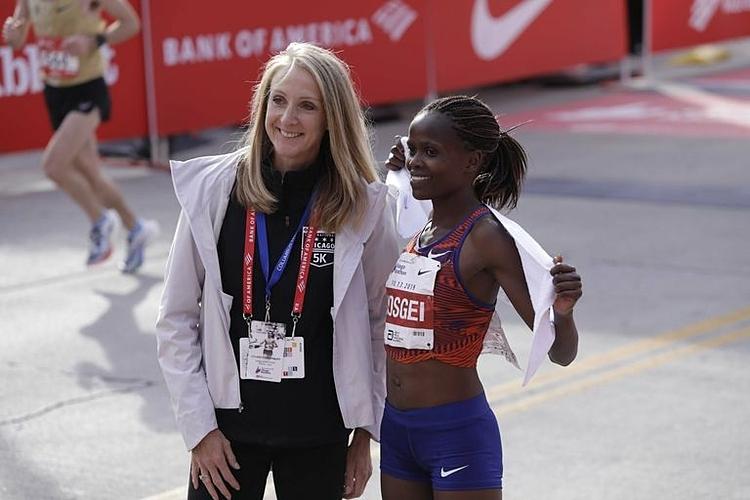 Radcliffe đừng chờ tại vạch đích để chúc mừng người phá kỷ lục mà bà lập cách đây 16 năm. Ảnh: Runners World.