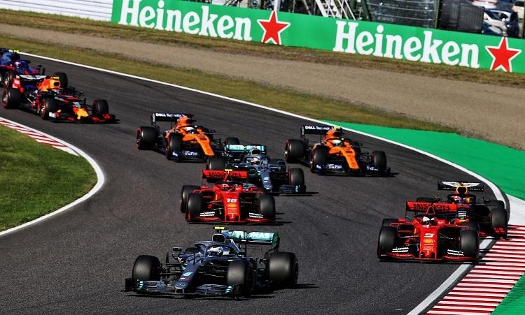 Bottas tận dụng sai lầm của Vettel để chiếm vị trí dẫn đầu sau khi đoàn xe xuất phát. Ảnh: XPB.