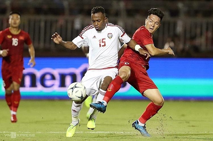 Cầu thủ Việt Nam chơi lăn xả nhằm hạn chế các đợt lên bóng của UAE. Ảnh: Đức Đồng.