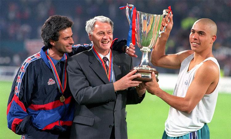 Mourinho (phải) là trợ lý của HLV Bobby Robson ở mùa 1996-1997, mùa giải duy nhất mà Ronaldo Nazario chơi ở Barca và cùng CLB đoạt Cup C2 châu Âu. Ảnh: Rex.