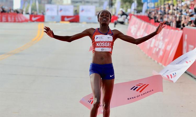 Kosgei trong khoảnh khắc về đích, phá kỷ lục thế giới tại Chicago. Ảnh: Runners World.