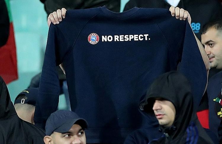 Nhiều CĐV Bulgaria giăng áo với biểu ngữ chống đối UEFA. Ảnh: Reuters.