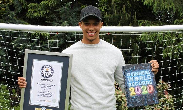 Alexander-Arnold nhận bằng kỷ lục và cuốn sách kỷ lục bản 2020. Ảnh: Guinness World Records.