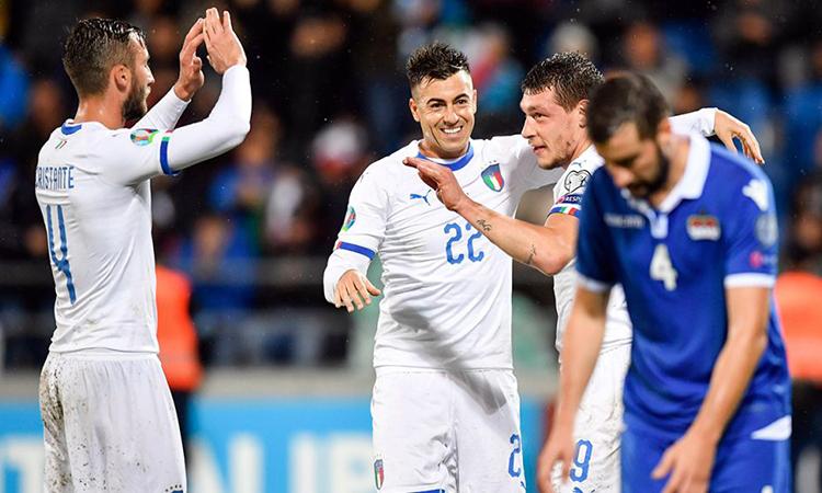 Italy (áo trắng) chơi khởi sắc dưới thời Mancini. Ảnh: AP.