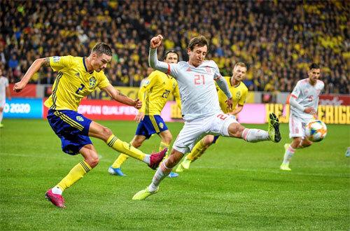 Thụy Điển (áo vàng) gây ra không ít khó khăn cho Tây Ban Nha. Ảnh: Reuters