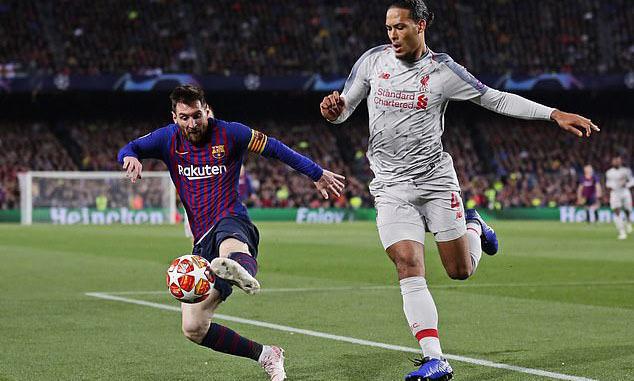 Messi (trái) đối đầu với Van Dijk ở bán kết Champions League mùa trước. Ảnh: AP.