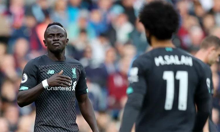 Salah to tiếng chất vấn Salah trên sân vì không chuyền bóng cho anh. Ảnh: Rex.