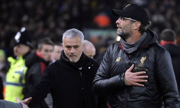 Mourinho (trái) từng bị mất việc vì thua Klopp. Ảnh: AP.