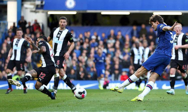 Cú sút chéo góc của Alonso mang về chiến thắng cho Chelsea. Ảnh: PA.
