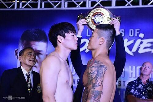 Lee (trái) và Trương Đình Hoàng trong buổi cân chiều 18/10. Ảnh: Giang Huy.