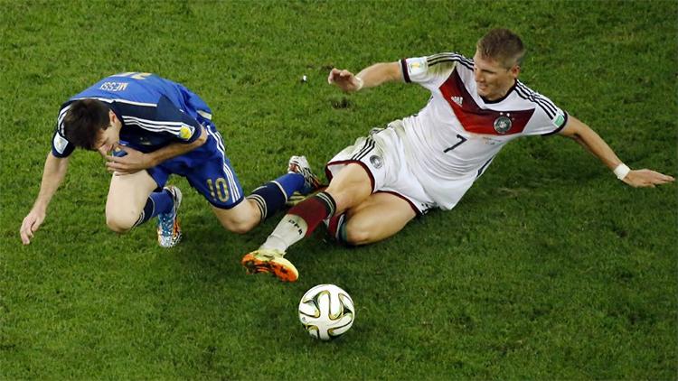 Trận chung kết World Cup 2014 là đỉnh cao trong sự nghiệp của Schweinsteiger khi anh quán xuyến tuyến giữa tuyển Đức, vô hiệu hoá Messi. Ảnh: AP.