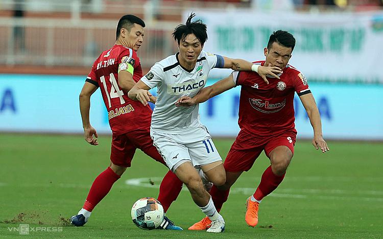 Tuấn Anh (giữa) nén đau thi đấu trọn 90 phút giúp đội nhà giành thắng lợi. Ảnh: Đức Đồng.