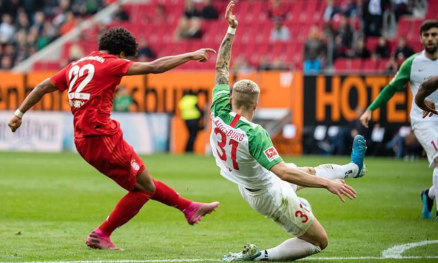 Gnabry (trái) cứa lòng đẹp mắt nâng tỷ số lên 2-1 cho Bayern. Ảnh:Bayern Munich.
