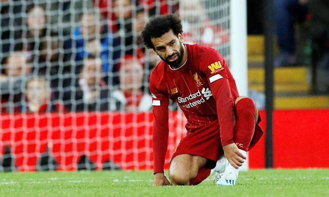 Salah bị đau sau pha vào bóng ác ý từ phía sau của Choudhury. Ảnh: Reuters.