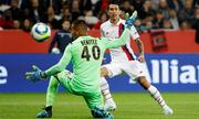 Hai thẻ đỏ giúp PSG thắng đậm trên sân khách