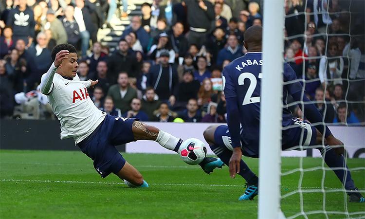 Dele Alli trong tình huống chớp thời cơ gỡ hoà 1-1 cho Tottenham. Ảnh: BPI.