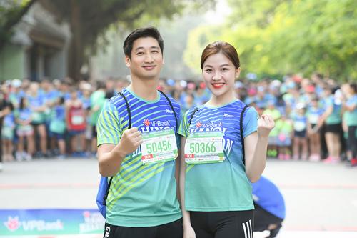 Cặp đôi Thái và Trà của Hoa hồng trên ngực trái tham gia chạy để ủng hộ trẻ em.