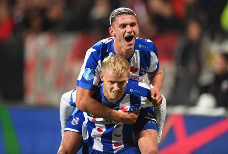 Heerenveen ăn mừng chiến thắng 4-2 trên sân củaAZ Alkmaar ngày 19/10.