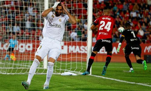 Benzema không làm được gì ngoài cú đệm bóng dội xà.