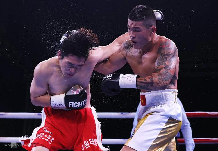 Trương Đình Hoàng thắng đối thủ Hàn Quốc Lee Gyu Huyn sau 10 hiệp đấu của trận tranh đai vô địch WBA Đông Á hạng 76 kg tối 19/10. Ảnh: Ngọc Thành
