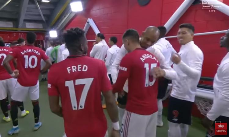 Andreas Perreira thân thiện khi đồng hương bên phía Liverpool Fabinho tiến lại ôm anh.