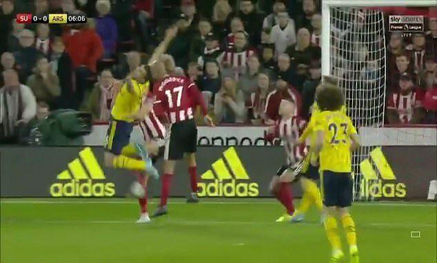 Tình huống mà Emery cho rằng Sokratis bị cầu thủ Sheffield phạm lỗi kéo người.