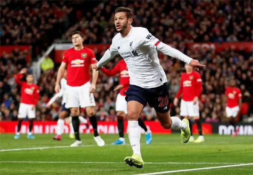 Adam Lallana buộc Man Utd chịu hòa tại Old Trafford. Ảnh: Reuters