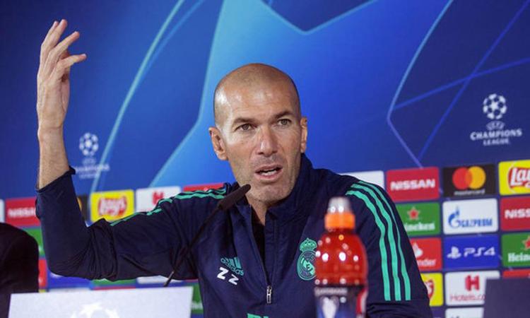 Zidane cảm nhận rõ sức ép đang đè nặng lên ông và các học trò trước trận đấu trên sân Galatasaray. Ảnh: Marca.