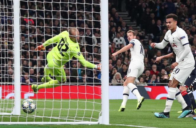 Kane (số 10) xem chiến thắng 5-0 trước Sao Đỏ là bước chạy đà hoàn hảo của Tottenham trước đại chiến Liverpool. Ảnh: Reuters.