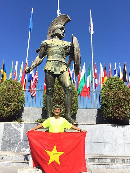 Quang Trần chụp ảnh kỷ niệm dưới chân tượng Leonidas I sau khi hoàn thành cuộc thi Spartathlon. Ảnh: NVCC.