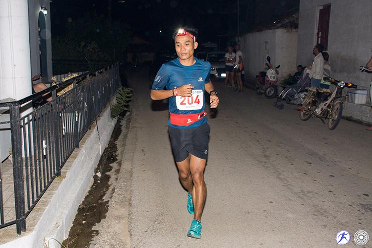 Quang Trần phải chống chọi với cái lạnh khi chạy xuyên đêm ở Spartathlon. Ảnh: Spartathlon.