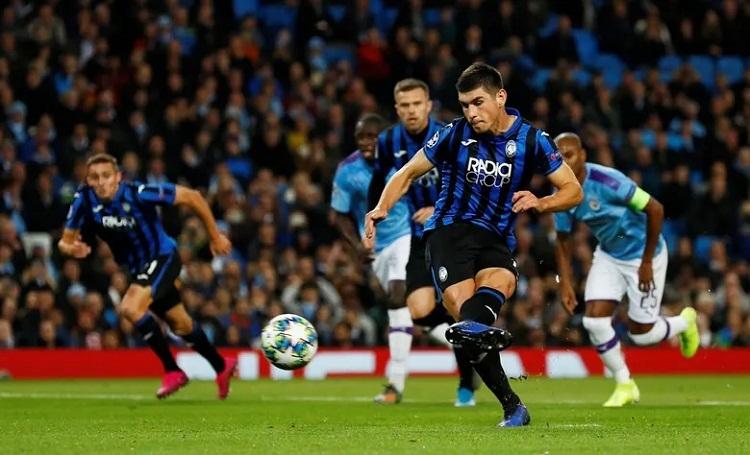 Bàn mở tỷ số trên chấm phạt đền của Malinovsky không giúp Atalanta có điểm trên sân Man City. Ảnh: Reuters.