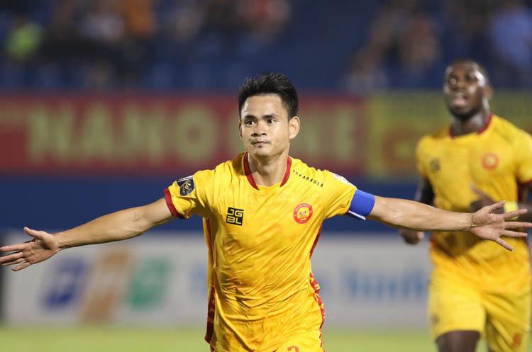 Hoàng Đình Tùng ăn mừng bàn thắng mở tỷ số trong trận đấu trên sân Bình Dương ngày 23/10.