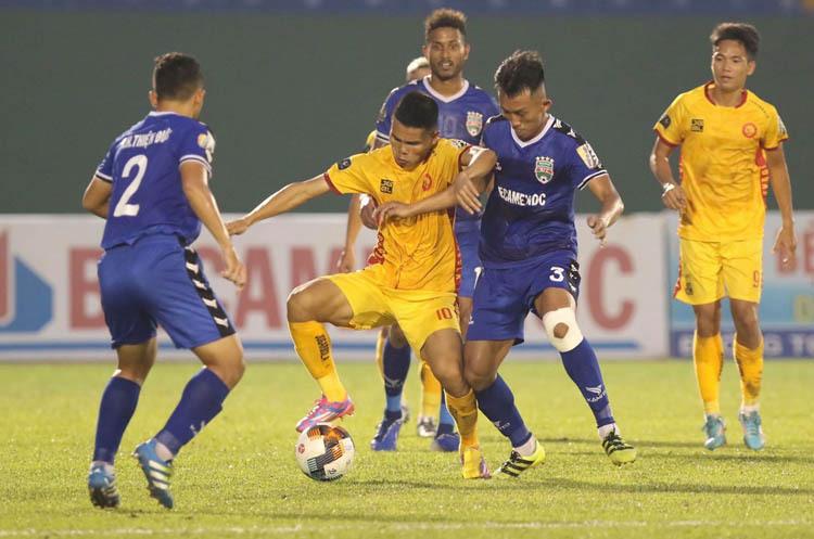 Thanh Hoá không thắng được Bình Dương nhưng thoát xuống hạng trực tiếp nhờ HAGL hạ Khánh Hoà.