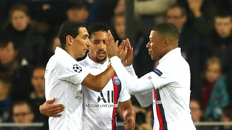 Mbappe (phải) mừng hattrick cùng các đồng đội. Ảnh: Omni.