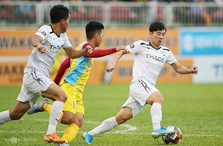 Minh Vương toả sáng với hai bàn thắng của đội nhà. Ảnh: Hùng Linh.