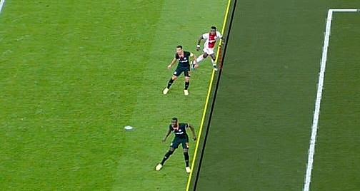 Promes (áo đỏ) đứng dưới Tomori khi Ziyech chuyền bóng. Ảnh: BT Sport.