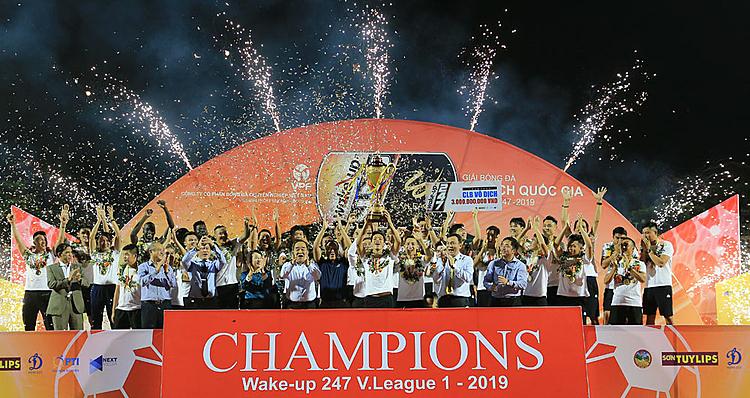 CLB Hà Nội nâng cao Cup trên sân Cửa Ông. Ảnh: VPF.