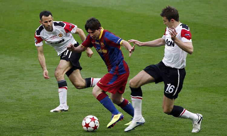 Messi trong vòng vây của Giggs (trái) và Carrick ở chung kết Champions League mùa 2010-2011. Ảnh: Reuters.