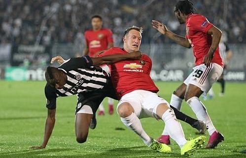 Man Utd (áo đỏ) gặp nhiều khó khăn ở Belgrade.Ảnh: Reuters.