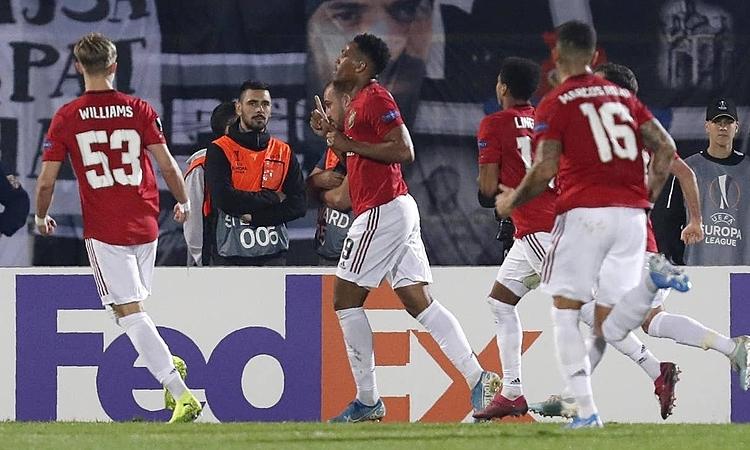 Martial (số 9) mừng bàn thắng thứ ba trong năm lần ra sân mùa này. Ảnh: AP.