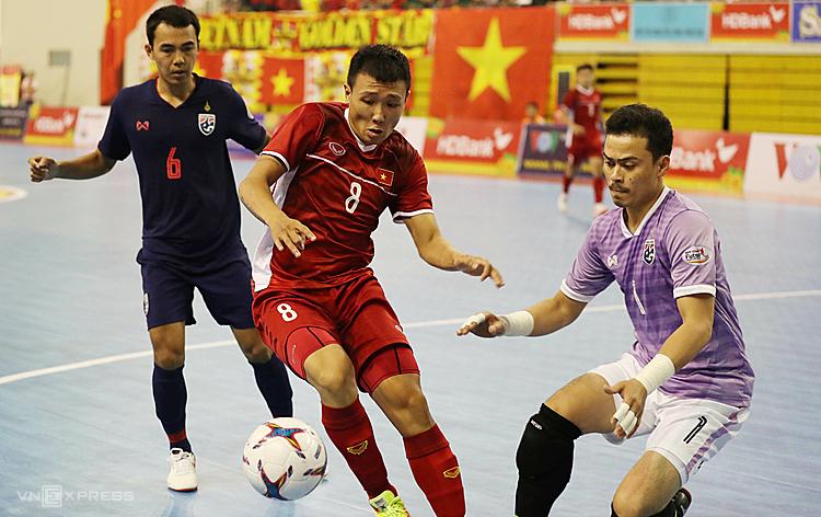 Việt Nam tạo nhiều cơ hội nhưng không thể một lần đánh bại được thủ môn Thái Lan. Ảnh: Hoàng Tùng.