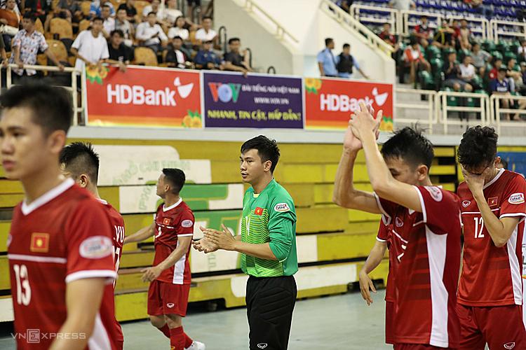 Cầu thủ Việt Nam buồn bã chào khán giải sau trận thua. Ảnh: Hoàng Tùng.