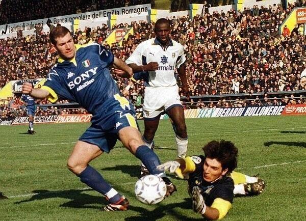 Buffon, ở tuổi teen, liên tục chạm trán với những siêu sao hàng đầu thế giới vốn quy tụ ở Serie A đang hưng thịnh vào cuối những năm 1990.