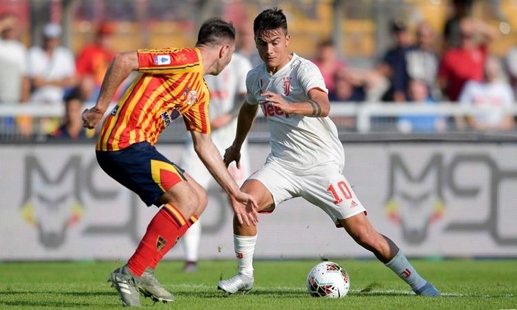 Dybala (phải) ghi bàn mở tỷ số trên chấm 11m cho Juventus. Ảnh: JuventusFC.