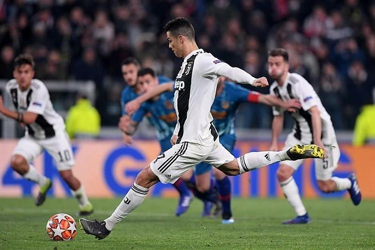 Ronaldo thay Pjanic đá phạt ở Juventus nhưng chưa thành công. Ảnh: Reuters.