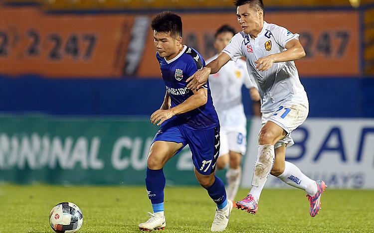Bình Dương (áo xanh) sử dụng nhiều cầu thủ trẻ nên không tạo được thế trận áp đảo trước các vị khách Quảng Nam. Ảnh: Đông Huyền.