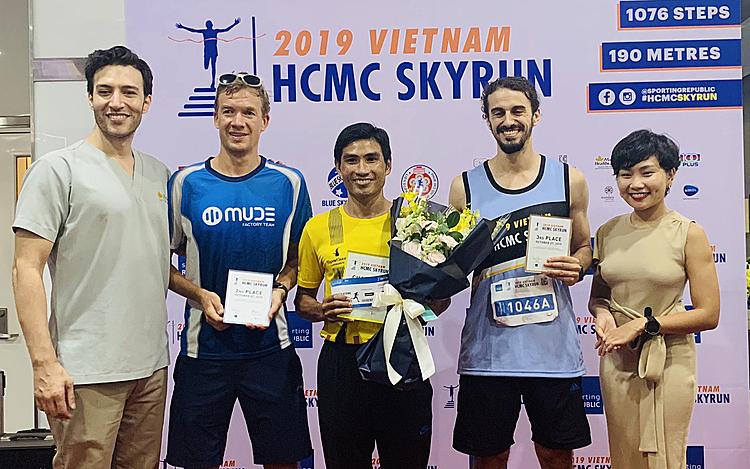 Nguyễn Ngọc Quý (giữa) vượt qua hai chân chạy nước ngoài để giành giải nhất. Ảnh: Thuỳ Vinh.
